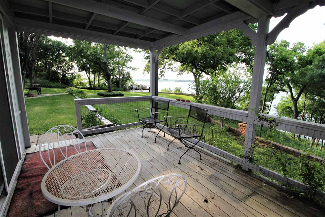 Lake Whitney, Texas vacation home rental | Lake Whitney Log Cabin upstairs sleeping loft
